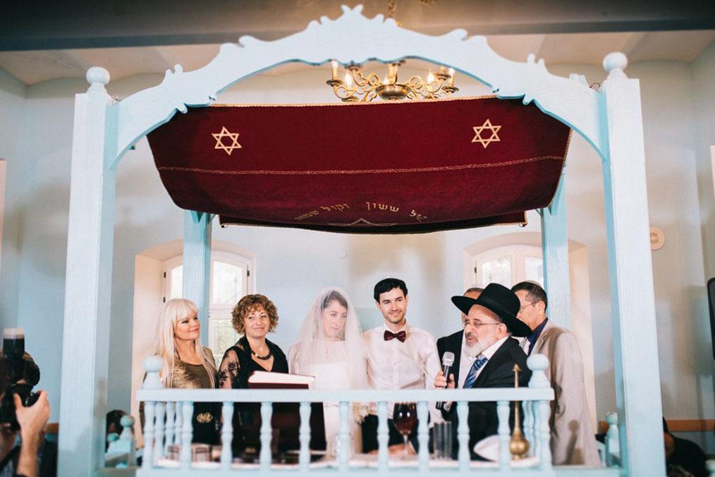 החתונה היפהפיה של עומר וסער. חופה בבית כנסת עתיק בנווה צדק. צילום: איל הצילום