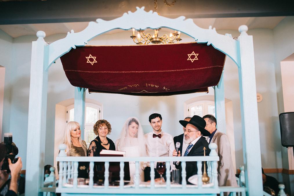 טקס החופה בבית כנסת עתיק בנווה צדק. מתוך החתונה של עומר וסער. צילום: איל הצילום