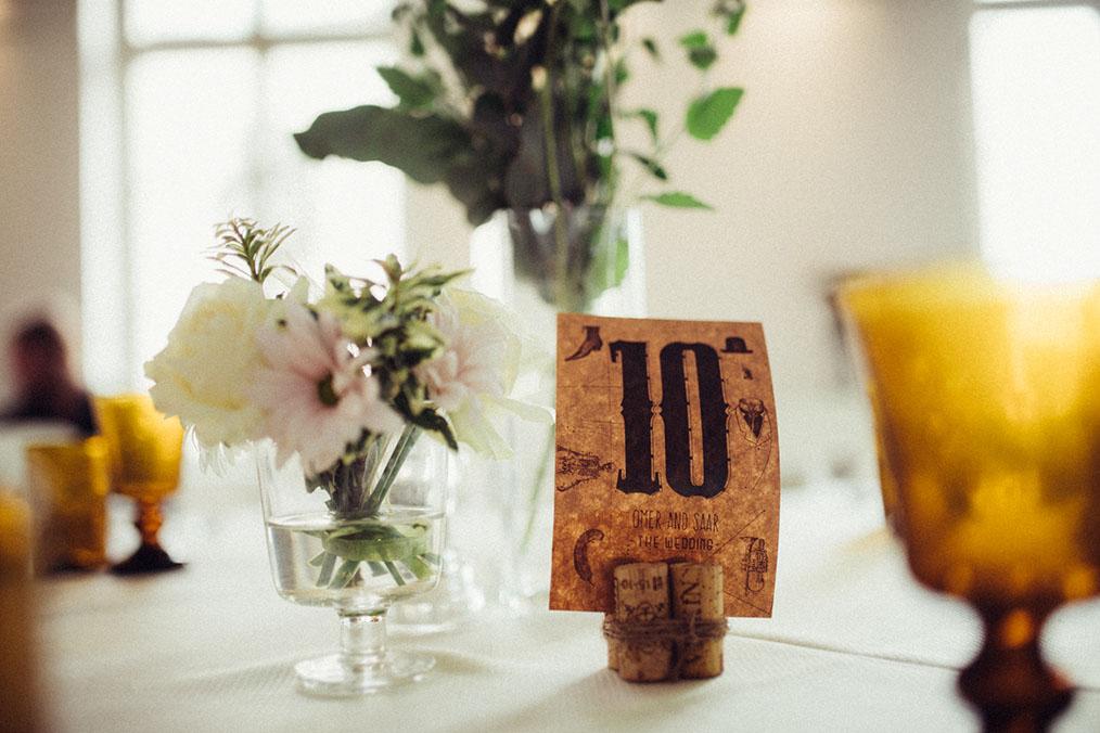 מספרי שולחן , מתוך החתונה של עומר וסער בנווה צדק. צילום: איל הצילום