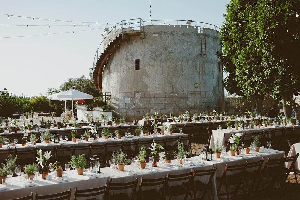אזור ישיבה לצד מגדל מים עתיק. מתוך החתונה של נטע וטל. צילום: חגי גלילי