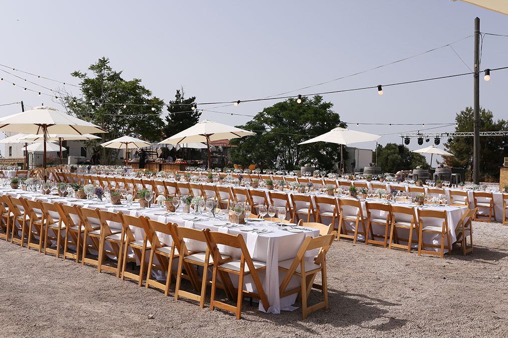 אזור ישיבה של שולחנות אבירים ארוכים. מתוך החתונה של מאיה ודוד. צילום: טל זנזורי