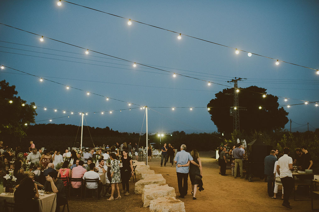 תאורת גרילנדות קסומה שוטפת את האירוע. מתוך החתונה של נטע וטל. צילום: חגי גלילי